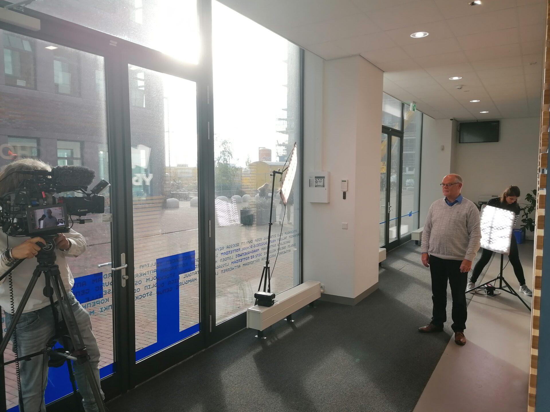 TV-opname op nieuwbouwlocatie Young Business School Rotterdam